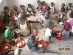 Zimbabwean orphans 2009 being fed at Beulah Heigths with food from Aid2Africa.co.uk